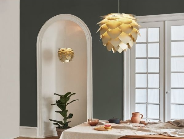 złota lampa wiszaca do kuchni nad stół